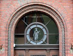 Oberlicht am Eingang zum Bezirksgericht in  Świdnica / Schweidnitz; Glasschleiferei, Glasbild - Justizia mit verbundenen Augen, Waage und Schwert.