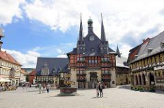 Blick über den Marktplatz zum  Wernigeröder Rathaus - das Gebäude wurde 1277 erstmals erwähnt - seit 1497 in der jetzigen Gestalt.