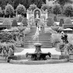 Barocker Terrassengarten mit Sandsteinbassin in Blankenburg.