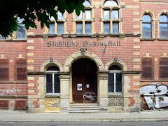 Backsteinarchitektur in Halberstadt - Eingang der geschlossenen Städtischen Badeanstalt in Halberstadt.