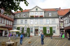 Hirsch-Apotheke in Goslar am Schuhhof - sie ist die älteste noch bestehende Apotheke in der UNESCO-Welterbe-Altstadt von Goslar. 1780 als Kräuter- und Drogenhandlung am Schuhhof gegründet, besteht sie seit 1808 als Apotheke.