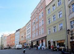Historische Architektur in der Altstadt von Kłodzko Glatz; Wohnhäuser mit farbiger Fassade / Geschäfte.