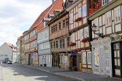 Restaurierte und verfallene Fachwerkhäuser in der Bakenstrasse von Halberstadt.