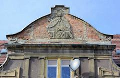 Ehem. Jugendstildekor im Hausgiebel - abgebröckelter Putz - Ziegelsteine; Architkekturbilder aus Kłodzko / Glatz.