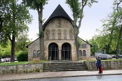 Vorhalle der Stiftskirche St. Simon und Judas, Domvorhalle in Goslar - erbaut um 1150; Die Front der Vorhalle schmücken in zwei Reihen Nischen mit ursprünglich farbigen Stuckplastiken. Die obere Reihe zeigt in der Mitte Maria mit dem Jesuskind, z