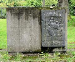 Gedenkstein - Bronzerelief für die Kriegsgefangenen - Inschrift Vergesst uns nicht; Kaiserpfalz Goslar.
