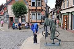Bronzeskulptur Die Rast an der Kochstrasse / Marktstrasse von Wernigerode; Bildhauer Jo Jastram