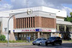 Geschlossenes Kulturhaus von Halberstdt - mit Plakaten zugeklebte Türen und Fenster.