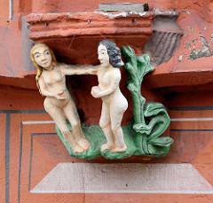 Detail vom 1494 erbauten Kaiser Worth, ehem. Gildehaus der Tuchhändler in Goslar. Adam und Eva als Stuckdekor.