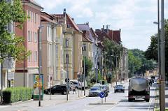 Mehrstöckige Wohnhäuser - unterschiedliche Fassadenfarben, Architektur in Halberstadt, Friedenstrasse.