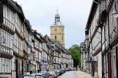 Fachwerkbebauung in Goslar, Breite Strasse - im Hintergrund  der Kirchturm der evangelischen lutherischen St. Stephani Kirche.