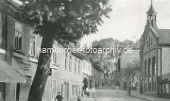 Altes Bild von der Tränkestrasse in Blankenburg - Blick zum Blankenburger Schloss und der Kirchturm der St. Bartholomäus Kirche. Passanten auf der Strasse - Geschäfte, lks. ein Gartenbaubetrieb.