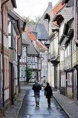Enge Strasse / Gasse - beidseitig Fachwerkhäuser; Architekturbilder aus Goslar.