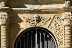 Eingang / Stuckdekor - St. Bartholomäus Kirche in Blankenburg - dreischiffige romanische Pfarrkirche am Berghang; erbaut zwischen 1186 und 1246.