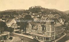 Blick über das historische Blankenburg zur Burg; im Vordergrund das Fachwerkgebäude vom Gebirgs  Hotel.