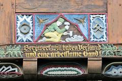 Fachwerkschnitzerei  - Bergmann / Hauer bei der Arbeit; Inschrift Bergwerk will haben Verstand und eine arbeitsame Hand; Fassadendekoration in Goslar / Harz.