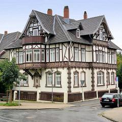 Wohnhaus - Villa in Goslar - Architketurstil / Heimatstil; colorierte Schnitzereien - Rosetten und Kerbschnitzerei, farbig gefasst.