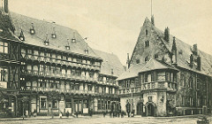 Alte Ansicht vom Halberstädter Rathaus, Rathauskeller - mehrgeschossige Fachwerkgebäude mit Geschäften.