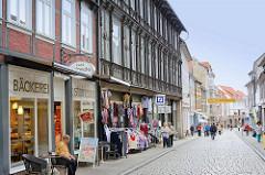 Geschäftsstrasse in Blankenburg Harz  - Lange Strasse; Einzelhandel / Bäckerei, Kleidung - Bank.