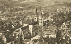 Alte Luftfotografie von Halberstadt - Blick auf den  Dom St. Stephanus und St. Sixtus und die Gebäude rund um den Domplatz.
