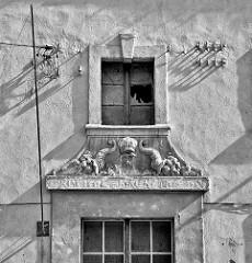 Hausfassade in Schwarz-Weiß - historischer Komplex ehem. preussischer Gebäude / Kaserne, Lager + Militärkrankenhaus am Fuss vom Festungsberg in Kłodzko / Glatz.