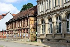 Historische Architektur - Westendorf in Halberstadt; verfallenes Fachwerkhaus mit zugenagelten Fenster - schmiedeeisernes Tor.