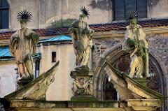 Skulpturen von Heiligen - barockes Tor in Klodzko / Glatz. Nördliches Eingangstor zum Friedhof an  der Kirche der Himmelfahrt der Jungfrau Maria.