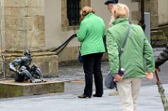 """Bronzeskulptur bei der Jakobikirche in Goslar """"...und man sieht nur die im Lichte."""" Walter Kaune, 1992"""