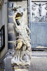 Skulptur bei der Pfarrkirche Mariä Himmelfahrt; Ersterwähnung im 13. Jahrhundert, im Hussitenkrieg 1429 zerstört - wiedererrichtet als dreischiffiger gotischer Bau - Zerstörung im 30 jährigen Krieg; Wiederaufbau 1692 in spätgotischem Baustil.