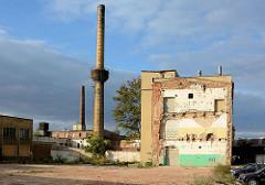 Gewerbegebiet in Świdnica / Schweidnitz; Reste eines abgerissenen Gebäudes - Fabrikschornsteine.