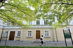 Klassizistische Architektur - Altes Theater - jetzt Stadtverwaltung - Verwaltungsgebäude in Bunzlau / Bolesławiec.