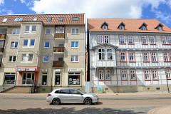 Unterschiedliche Bauformen in Halberstadt - Plattenbau und Fachwerkgebäude mit Erker.