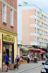 Geschäfte - Passanten in Świdnica / Schweidnitz.