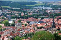 Blick vom Wernigeröder Schloss auf die Stadt Wernigerode - re. der Kirchenturm der Liebfrauenkirche; lks. die St. Johanniskirche.