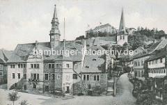 Historische Ansicht vom Rathaus in Blankenburg / Harz; im Hintergrund das Blankenburger Schloss und der Kirchturm der St. Bartholomäus Kirche - dreischiffige romanische Pfarrkirche am Berghang; erbaut zwischen 1186 und 1246.