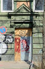 Mit Holzplatten verschlossener Eingang / Eisentür - geplanter Abriss für März 2016 - Gründerzeithäuser in der Breiten Strasse, Altona Altstadt.