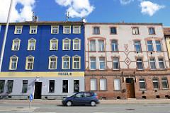 Architektur in Halberstadt - mehrstöckige Wohnhäuser, farbige Putzfassade - Klinkerfassade mit abgesetzten Fenstern.