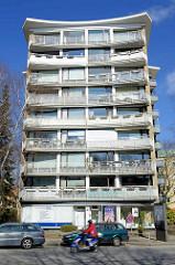 Hochhaus mit Balkonfassaden - Baustil der 1960er Jahre - Stadtteil Hamburg Altona-Altstadt.