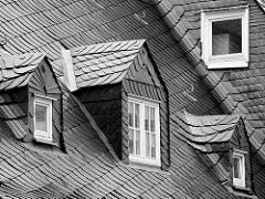 Mit dunklem Tonschiefer / Dachschiefer gedecktes Dach in der Harzer Stadt Goslar - Dacherker mit Schiefer gedeckt.