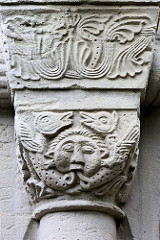 Säulen-Kapitell - Kirchengebäude in Goslar; Arabesken und Maskeron.