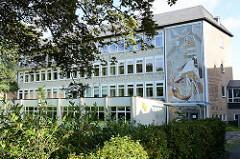Schulgebäude / Schularchitekturr der 1970 er Jahre - Fassadendekor / Mosaik.