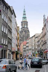 Geschäftsstrasse und Kirchturm der Stadtpfarrkirche St. Stanislaus und Wenzel (Kościół ŚŚ. Stanisława i Wacława) in Świdnica - Schweidnitz. Seit 2004 Kathedrale des neueingerichteten Bistums, wurde 1325–1488 an der Stelle eines 1250 erwähnten Vorgäng
