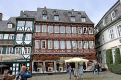 Schuhhof in Goslar - ältester Platz der Stadt; Geschäftshaus, Wohnhaus mit reich verzierter Fassade, Schieferdach mit Dachfenstern.