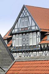 Mit farbigen Halbrosetten in Kerbschnitzerei verziertes Fachwerkhaus / Giebel - Goslar / Harz.