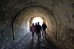 """Tunnelgang - Kasematten Festung Glatz. Das """"castellum Cladsko"""" wurde erstmals im Jahr 981 erwähnt. Es war eine gegen Polen gerichtete Grenzburg."""