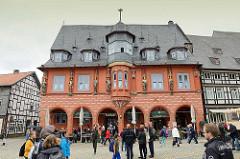 Marktplatz in Goslar - das 1494 erbaute Kaiserworth, ehem. Gildehaus der Tuchhändler - jetzt Hotel und Restaurant.