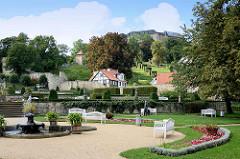 Barocker Terrassengarten mit Sandsteinbassin in Blankenburg - im Hintergrund das Schloss.