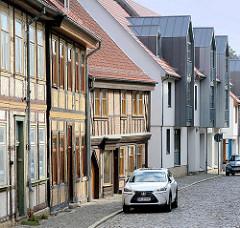 Historische Fachwerkhäuser - moderne Neubauten mit Metallgiebel, Architektur in Blankenburg / Harz.
