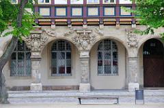 Historische Architektur auf dem Domplatz von Halberstadt - Fassade der Domprobstei, erbaut 1611, nach 1648 Sitz der Regierung vom Fürstentum Halberstadt. Im 19. Jahrhundert wurden in den Brüstungsfeldern die Domherrenwappen des abgerissenen Domke