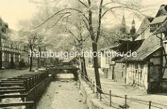 Gemauertes Flussbett der Abzucht in Goslar - hölzerner Kanal an der Strasse; Pferdefuhrwerk auf der Strasse, Fachwerkhäuser.